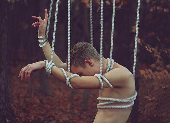 homem-preso-por-cordas