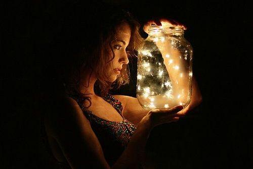 mulher-com-frasco-de-vaga-lumes
