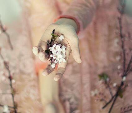 mão-segurando-flor