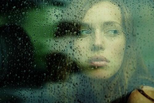 mulher-vidro-chuvoso