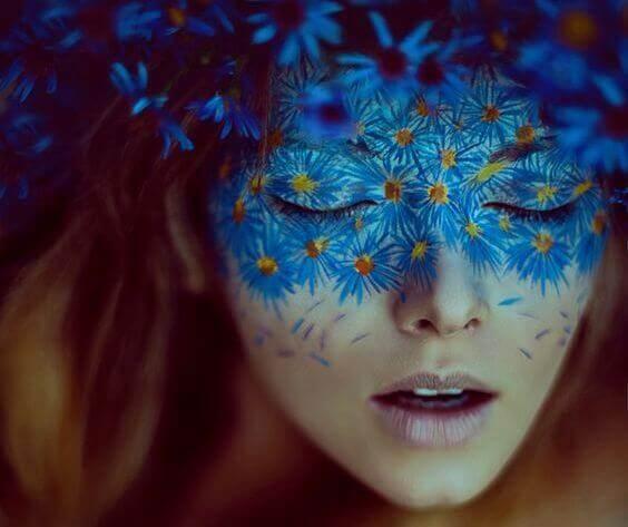 mulher-com-mascara-de-flores-azuis