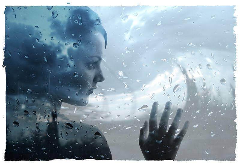 mulher-refletindo-encostada-em-vidro-molhado