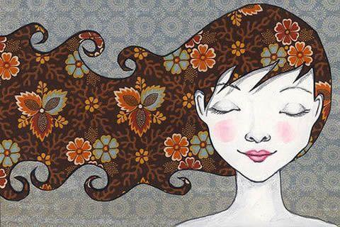 mulher com os olhos fechados, cabelos ao vento e feliz