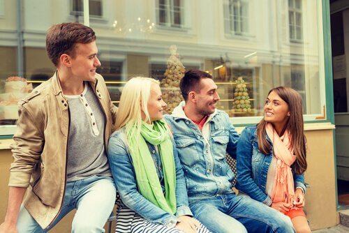 Amigos conversando sentados com linguagem corporal