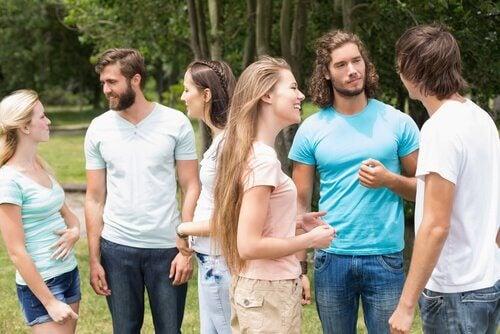 Amigos conversando com linguagem corporal
