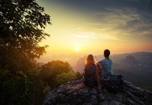 Amigos em cima da montanha observando o amanhecer