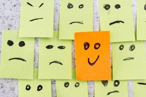 Caras tristes e uma cara sorrindo