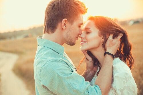 Casal feliz dando um beijo