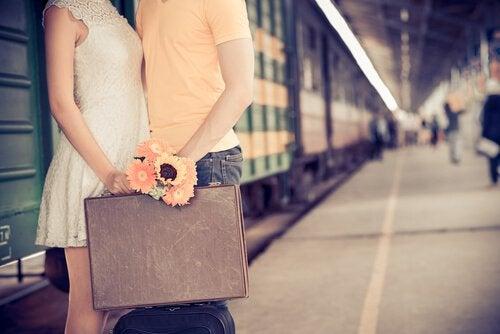 Casal se despedindo em uma estação de trem