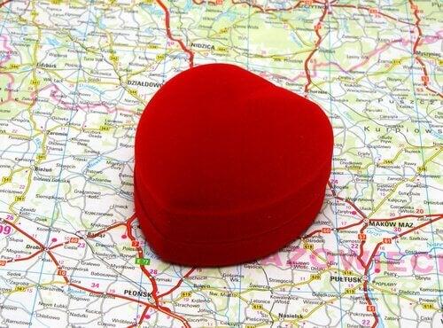 Coração em cima de um mapa