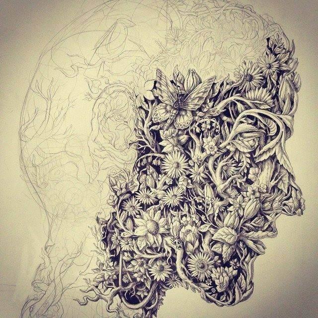 Homem com máscara cheia de flores
