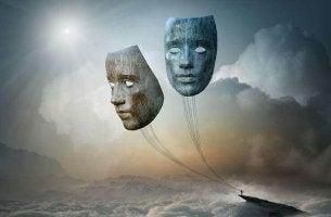 Máscaras presas a um barco