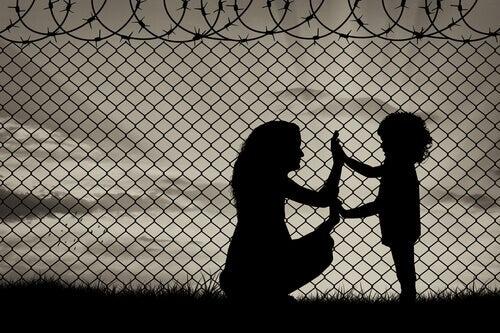 Mãe e filha dando as mãos em um campo de refugiados