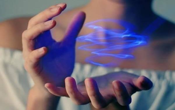Mãos segurando luz de energia