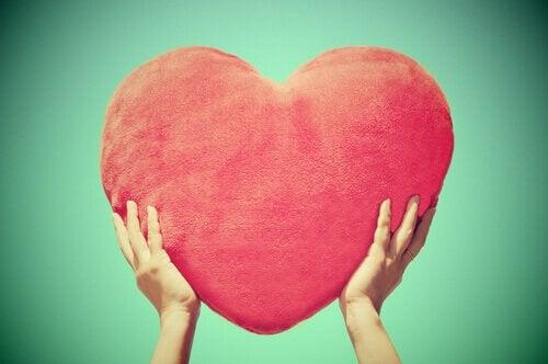 Mãos-segurando-um-coração