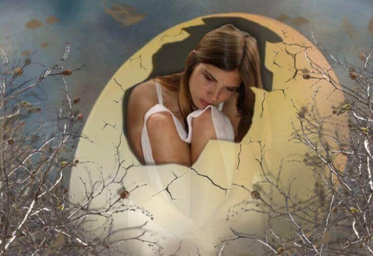 mulher dentro de um ovo