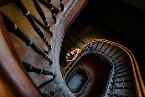 mulher-pensando-na-vida-em-escada