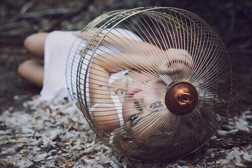 mulher-presa-em-gaiola