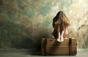 Menina irritada com seus problemas