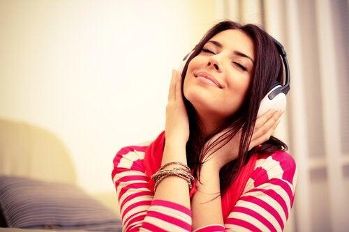 mulher-ouvindo-musica-e-pensando-em-suas-memórias
