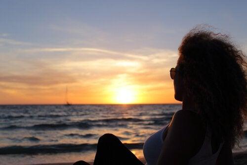 mulher-refletindo-sobre-memorias-na-praia