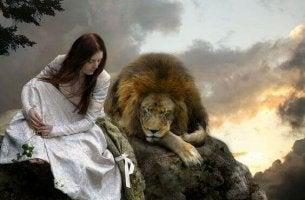 Mulher mantendo diálogo com leão