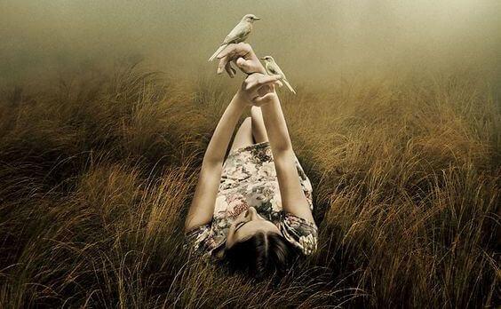Mulher deitada para refletir
