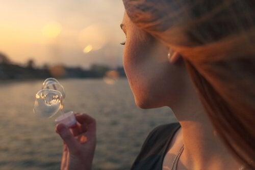 Mulher fazendo bolhas sentindo nostalgia