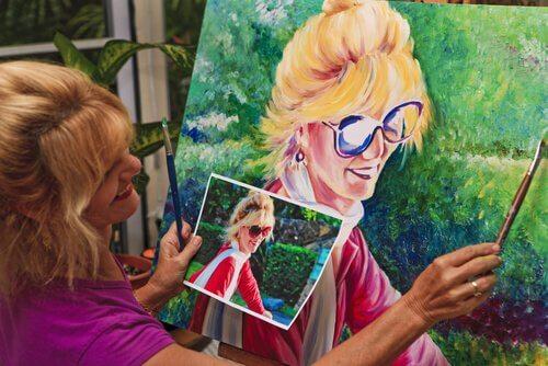 Mulher pintando um quadro feliz
