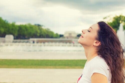 Mulher respirando sentindo-se livre