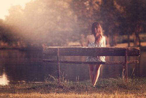 Mulher sentada em um banco
