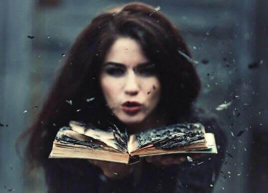 Mulher soprando sobre um livro