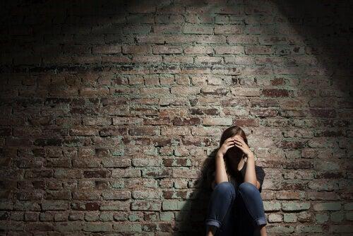 Mulher-triste-apoiada-na-parede