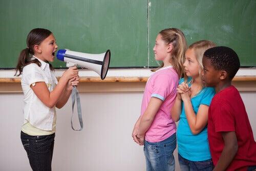 criança-gritando-com-colegas-de-classe