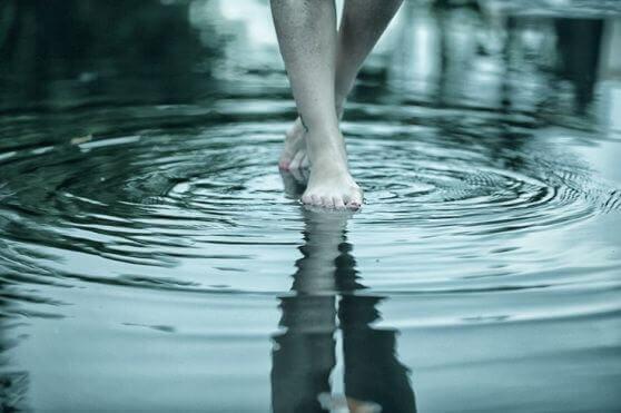 Pés andando na água