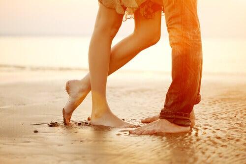 Pés de um casal na praia