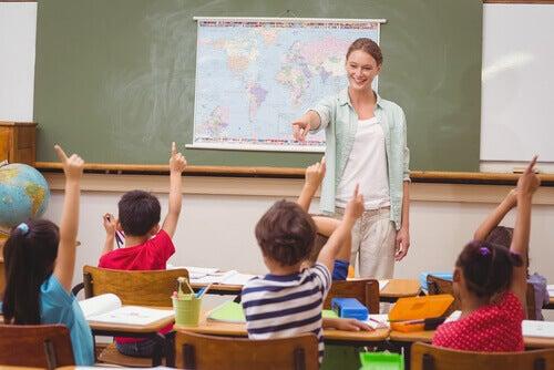 Professora dando a palavra a crianças em uma aula