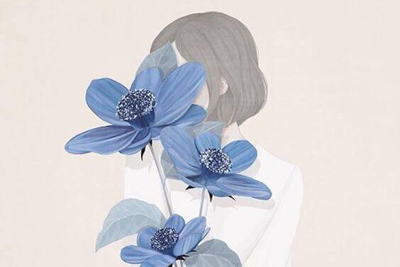 mulher-escondida-flores-azuis