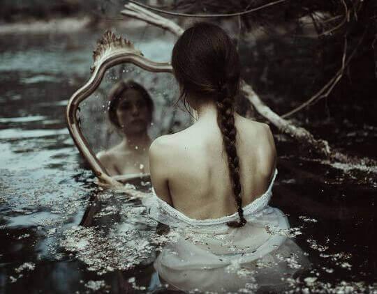 mulher-espelho-procurando-luz-escuridão