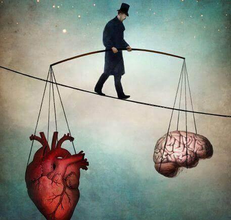 homem segurando coração