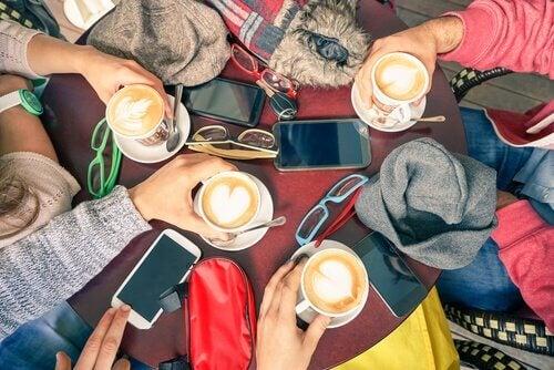 pessoas-tomando-cafe