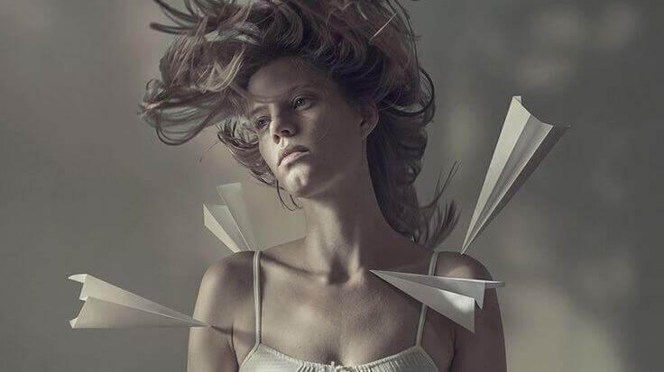 mulher-com-avioes-de-papel
