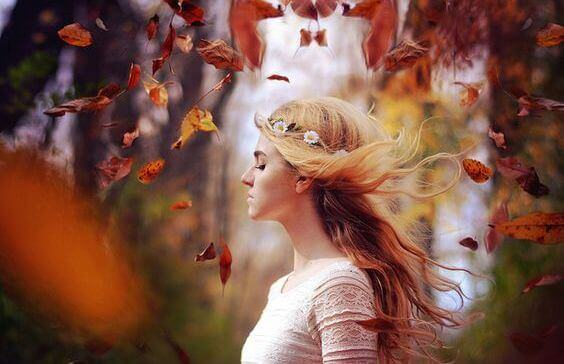 menina-com-folhas-em-floresta