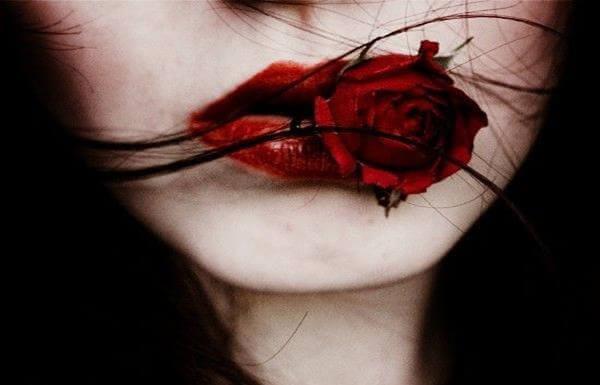 mulher-com-rosa-na-boca