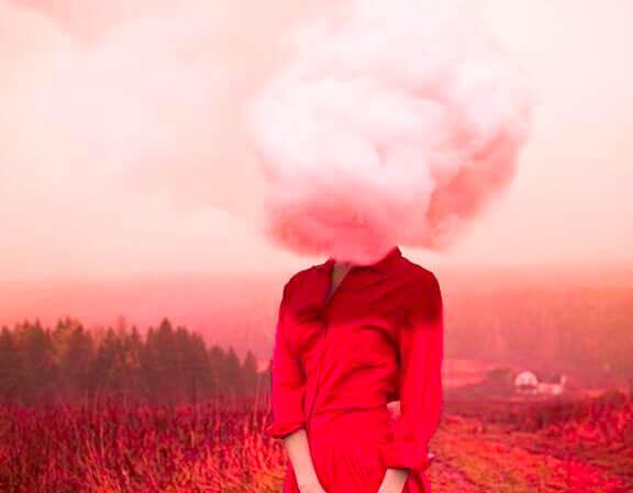 mulher de vermelho com um uma nuvem rosa na cabeça