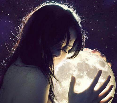 mulher-mãos-lua