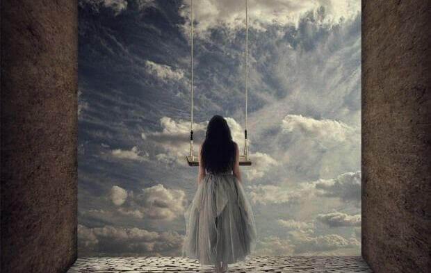mulher-olhando-as-portas-do-céu-pensando-no-peso-de-ser-indepedente