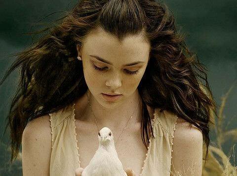 menina-com-pomba-branca