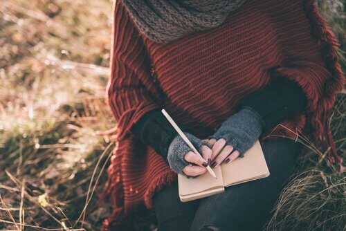 mulher-escrevendo-sozinha