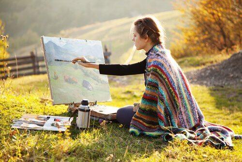 mulher-pintando-sozinha
